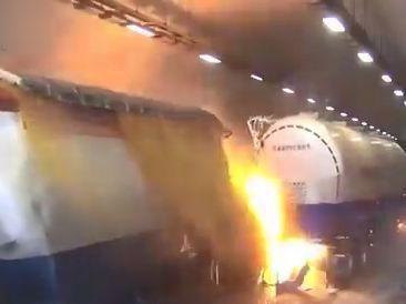 آتش دریافت دو تریلی حامل اسید نیتریک در تونل با 47 کشته و زخمی