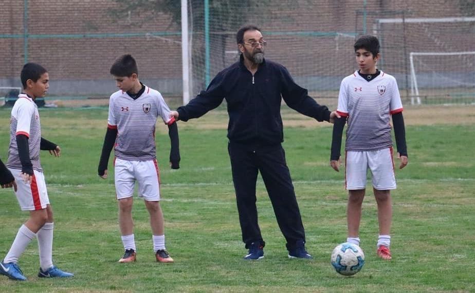 شیوه های غلط استعدادیابی فوتبال ایران را فلج نموده است، مربی ای که تأمین نشود راه دیگری برای امرار معاش می یابد